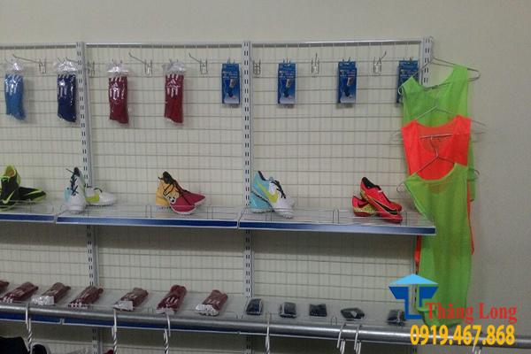 Lắp đặt kệ siêu thị cửa hàng quần áo thể thao nam