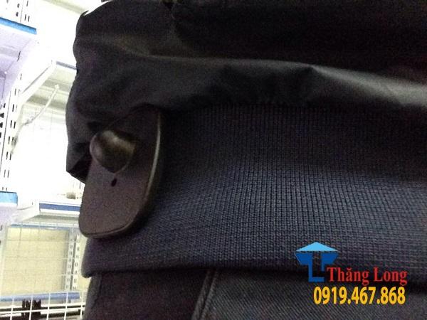 Tem từ cứng kèm ghim gắn vào quần áo