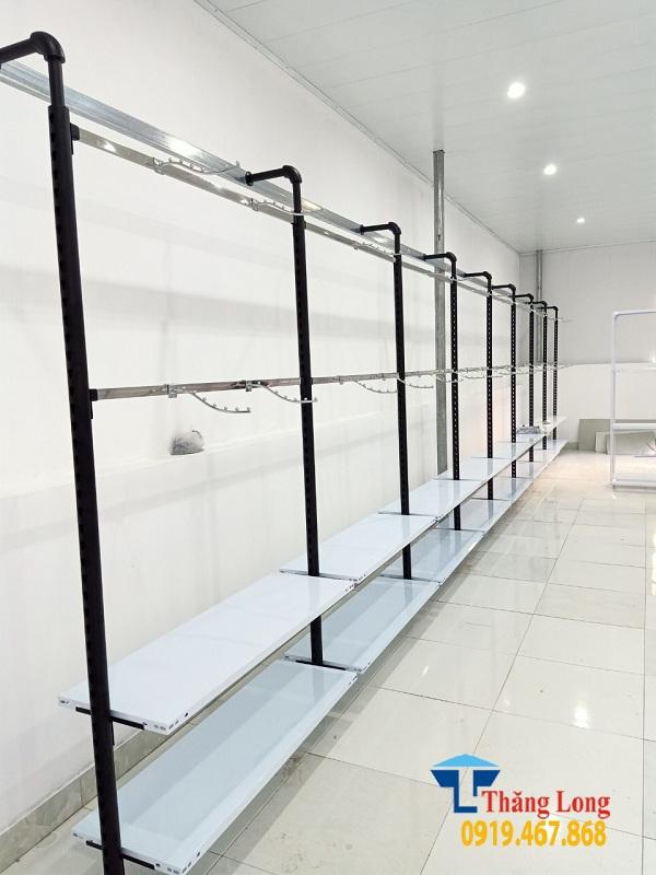 Trang trí cửa hàng thời trang bằng giá kệ treo dạng ống nước
